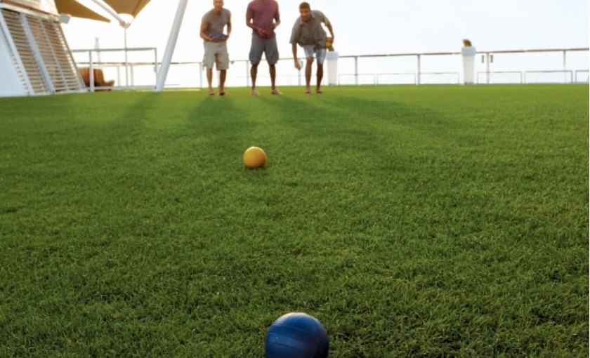 Een putting green op de Celebrity Equinox
